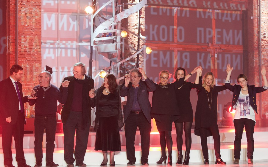 члены жюри и финалисты на сцене / jury members and the finalists on stage after the ceremony